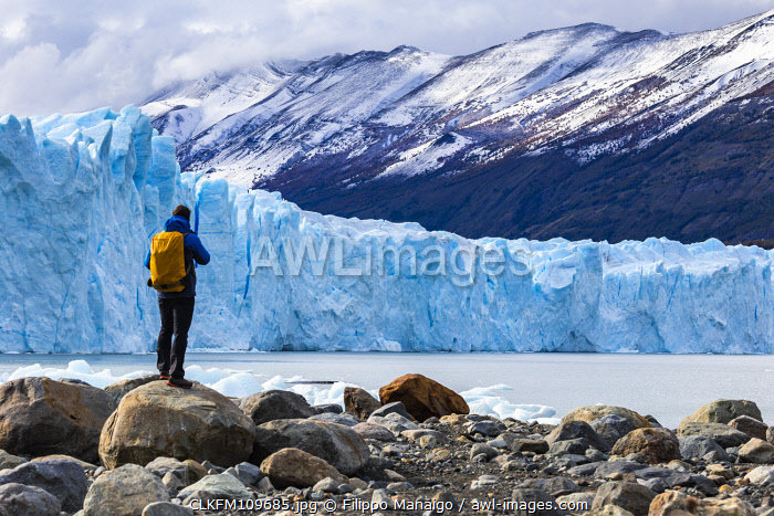 awl-images.com - Argentina / Argentina,Patagonia,Santa Cruz province,Los Glaciares National Park,tourist admires the huge face of the glacier Perito Moreno