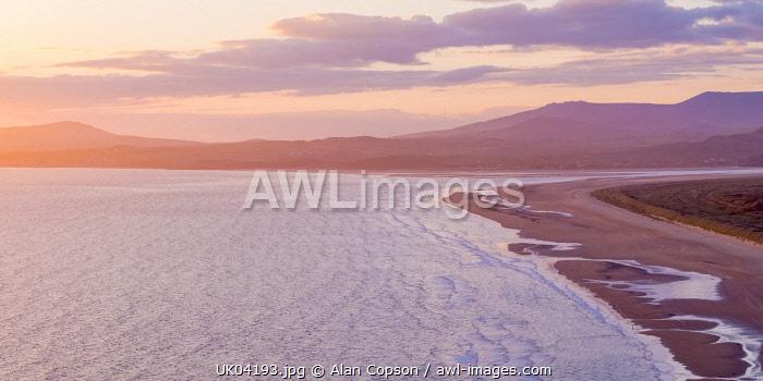 UK, Wales, Gwynedd, Harlech, Harlech Beach, Snowdonia beyond