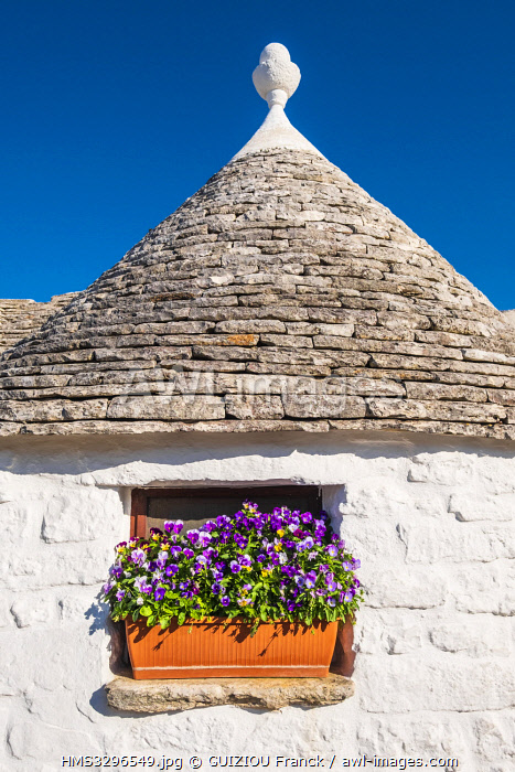 Italy, Apulia, Itria Valley, Alberobello, UNESCO World Heritage Site for the trulli district, dwellings made of dry stones with a conical roof covered with limestone lauzes