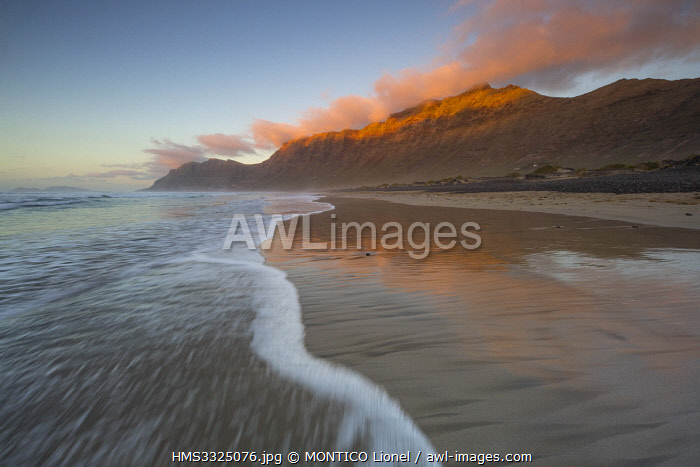 awl-images.com - Spain / Spain, Islands of the Canary Islands, Island of Lanzarote, beach of Famara
