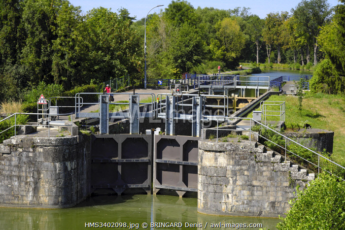 awl-images.com - France / France, Haut Rhin, Dannemarie, canal bridge, the Rhine-Rhine canal crosses the Largue rivet, lock, cycle track Eurovélo 6