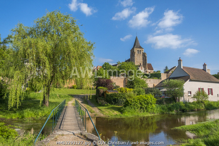 awl-images.com - France / France, Allier, Ainay le Chateau, Saint Etienne church and battlements