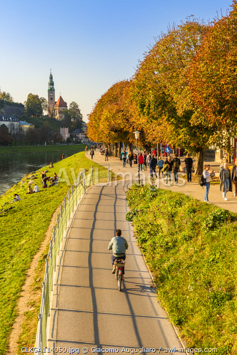 Tourists on the cycle path along Salzach river with the old town in the background, Salzburg, Salzburger Land, Austria, Europe