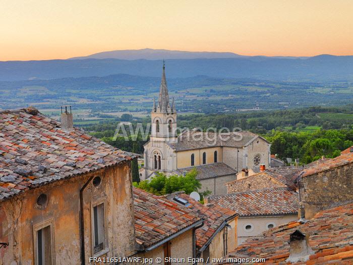 France, Provence, Vaucluse, Bonnieux, Hilltop village at sunset