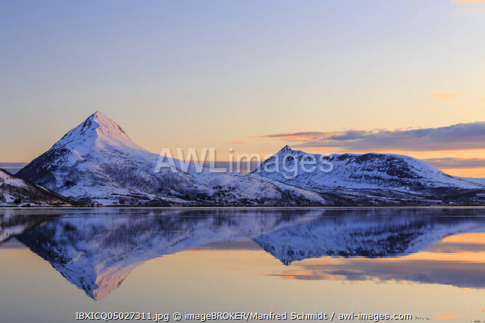 Midnight sun, snow-covered mountains Skinnkollen and Astritinden, water reflection in the fjord, St�nnesbotn Fjord, island Senja, Troms, Norway, Europe