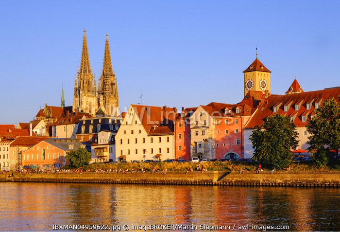 Donau-Ufer an der Weinl�nde with Cathedral and Town Hall Tower, Regensburg, Upper Palatinate, Bavaria, Germany, Europe