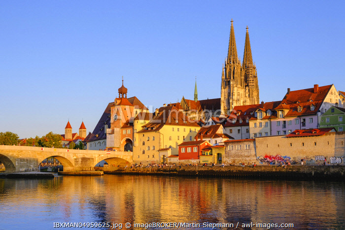 Stone bridge over Danube and old town with cathedral, Regensburg, Upper Palatinate, Bavaria, Germany, Europe