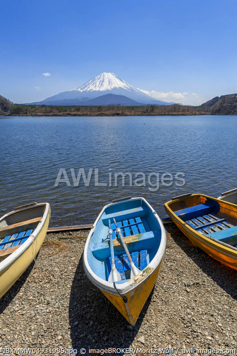 Rowing boats on the shore, view over the lake to the volcano Mt Fuji, Motosu Lake, Yamanashi Prefecture, Japan, Asia
