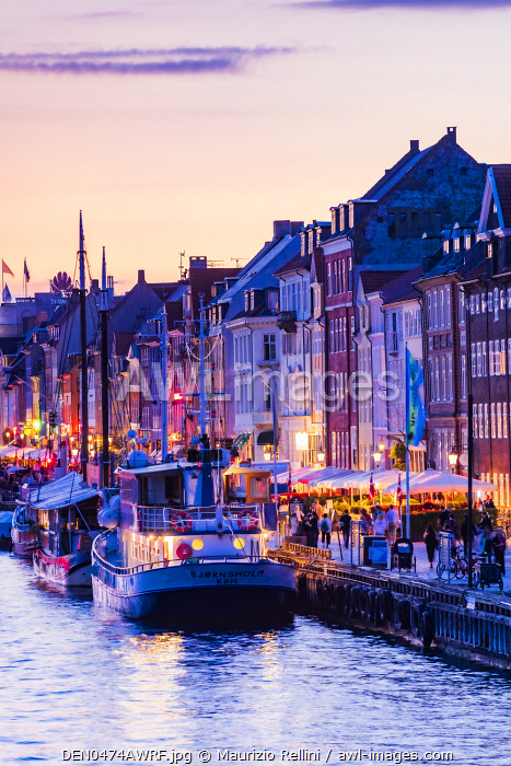 awl-images.com - Denmark / Typical buildings along Nyhavn water canal in Copenhagen by night, Denmark