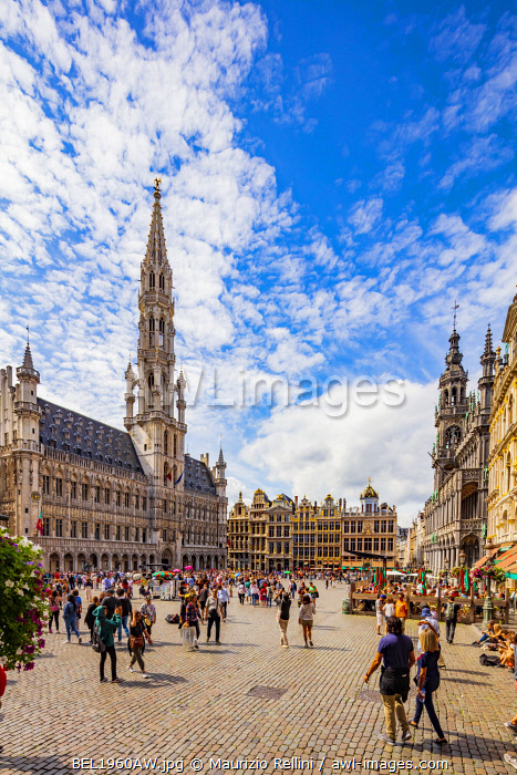 awl-images.com - Belgium / People walking in the Grand Place in Brussels with the Town Hall in the background, Belgium