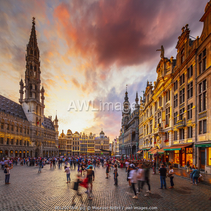 awl-images.com - Belgium / People walking in the Grand Place in Brussels with the Town Hall in the background at dusk, Belgium