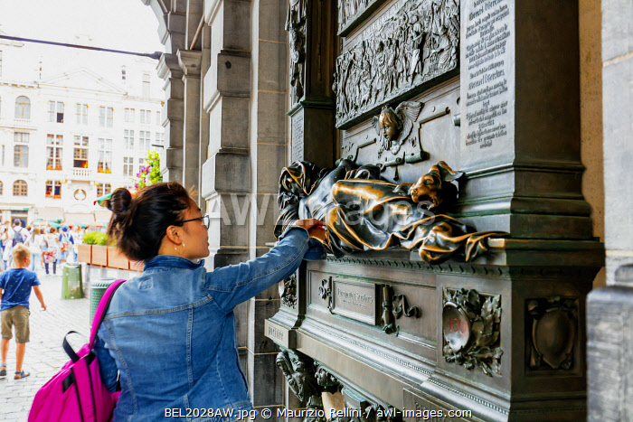 awl-images.com - Belgium / A tourist touching Everard t'Serclaes statue in Brussels which brings luck to all who touch it, Belgium