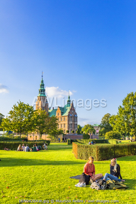 awl-images.com - Denmark / People sitting on the grass and enjoying the sun, Copenhagen with the Rosenborg castle in the background, Denmark