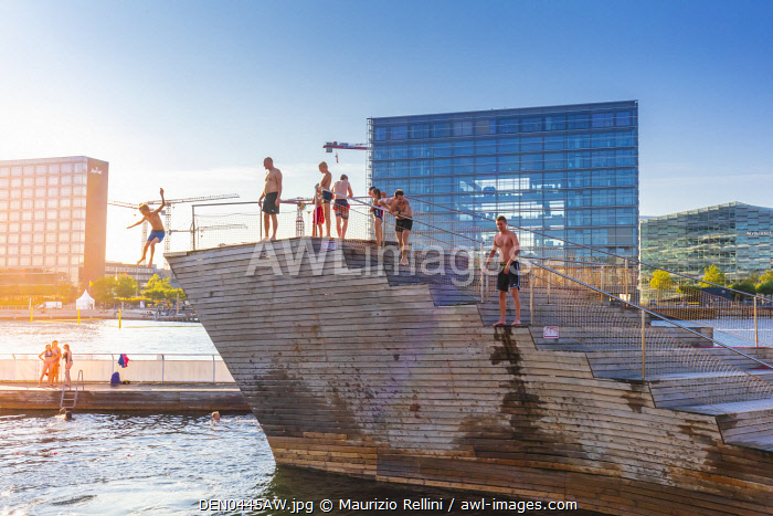 awl-images.com - Denmark / Young people diving into a swimming pool in a water canal in Copenhagen, Denmark
