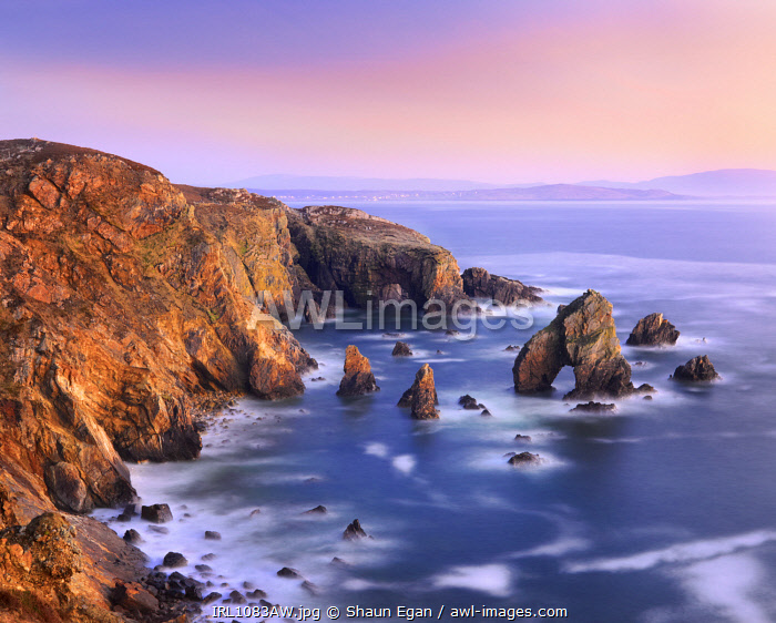 Ireland, Co.Donegal, Maghery, Crohy head, Sea arch and sea stacks