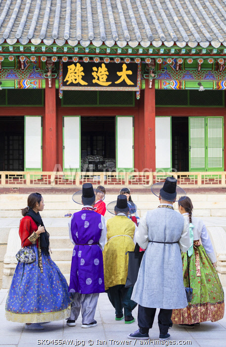 awl-images.com - South Korea / Tourists wearing traditional Korean clothes in Changdeokgung Palace (UNESCO World Heritage Site), Seoul, South Korea