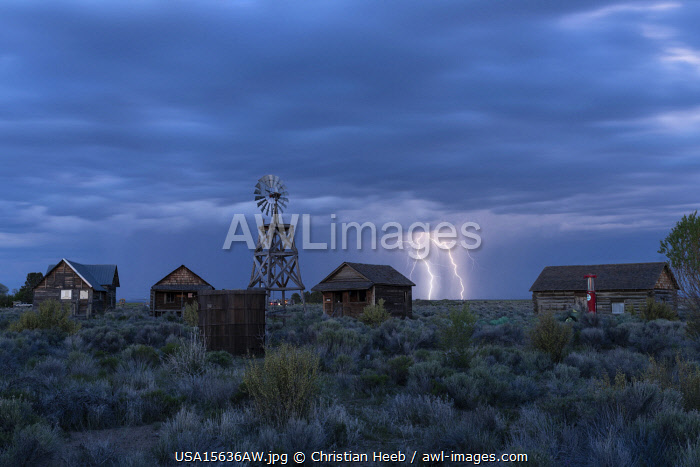 awl-images.com - USA / USA, Pacific Northwest, Oregon, Central Oregon, Fort Rock, Historic Village with lightning