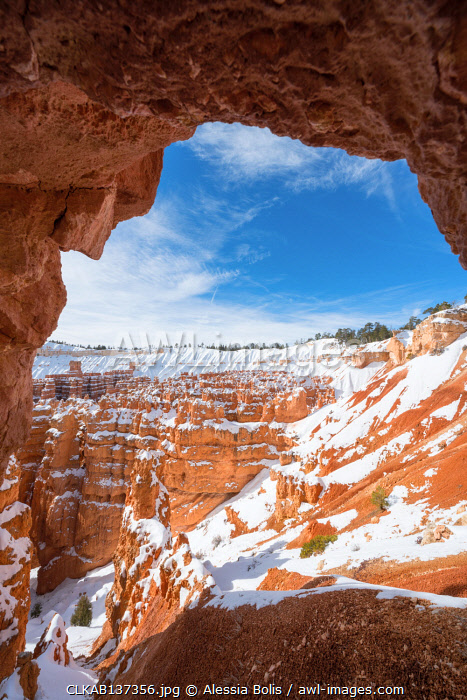 awl-images.com - USA / Bryce Canyon National Park framed in a rock window, Tropic, Utah, USA