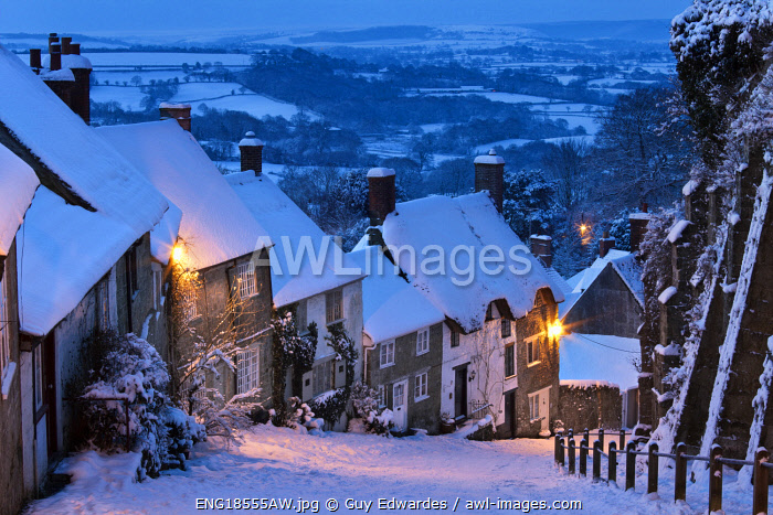 awl-images.com - England / Cottages on Gold Hill in winter snow, Shaftesbury, Dorset, England