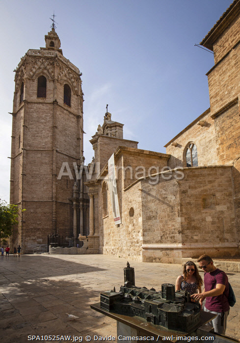 awl-images.com - Spain / Spain, Comunidad Valenciana, Valencia, Tourist looking at a miniature of the Cathedral.