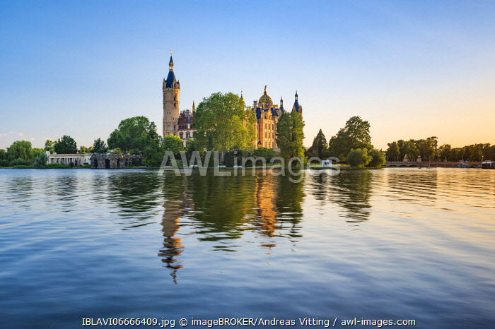 awl-images.com - Germany / Schwerin Castle reflected in Schwerin Lake in the evening light, Schwerin, Mecklenburg-Western Pomerania, Germany, Europe