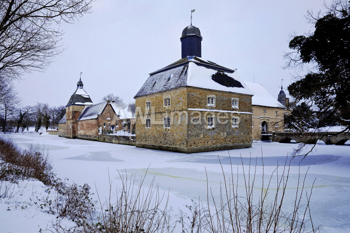 awl-images.com - Germany / Westerwinkel moated castle in winter, Ascheberg, Munsterland, North Rhine-Westphalia, Germany, Europe