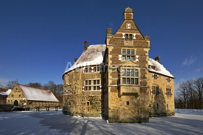 awl-images.com - Germany / Vischering Castle in winter, Ludinghausen, Munsterland, North Rhine-Westphalia, Germany, Europe