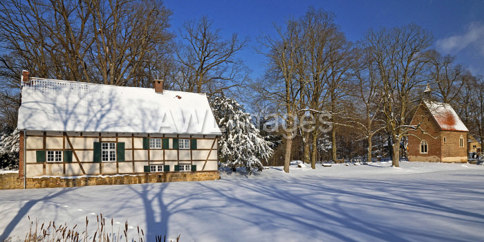 awl-images.com - Germany / Half-timbered house at Vischering Castle in winter, Ludinghausen, Munsterland, North Rhine-Westphalia, Germany, Europe
