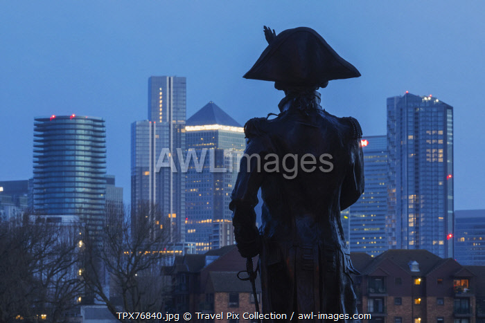 awl-images.com - England / England, London, Greenwich, Silouette of Lord Nelson Statue and the Canary Wharf Skyline at Night