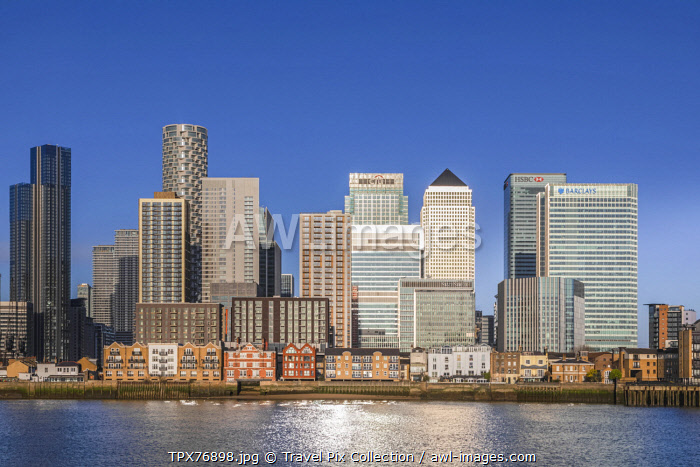 awl-images.com - England / England, London, Docklands, River Thames and Warm Early Morning Light on The Modern Canary Wharf Skyline